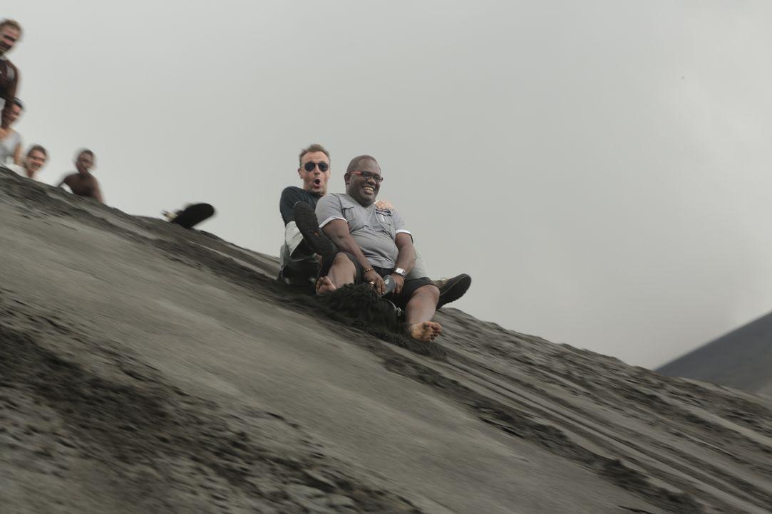 Der Reisejournalist Tom Waes (M. l.) hat eine Menge Spaß auf den Inseln von Vanuatu. Er übernachtet dort unter anderem bei Einheimischen und lässt s... - Bildquelle: 2013 deMENSEN