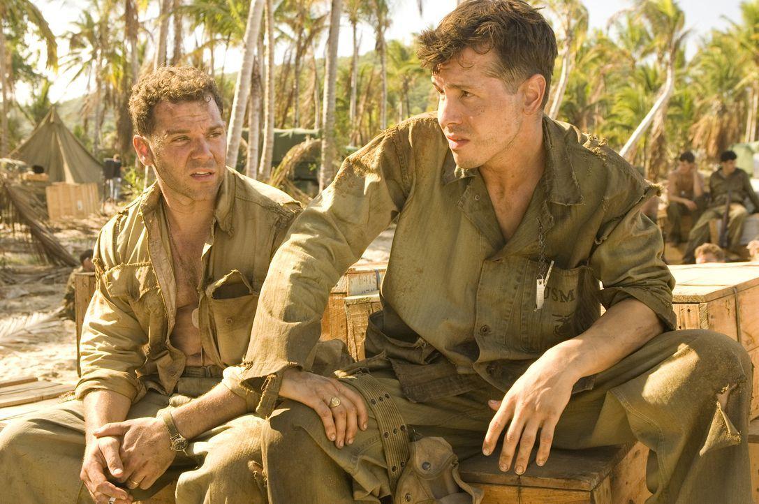 """Der Kampf auf Guadalcanal geht weiter. """"J.P."""" Morgan (Joshua Bitton, l.) und John Basilone (Jon Seda, 3.v.l.) vom 7th Marine Regiment sollen das Flu... - Bildquelle: Home Box Office Inc. All Rights Reserved."""