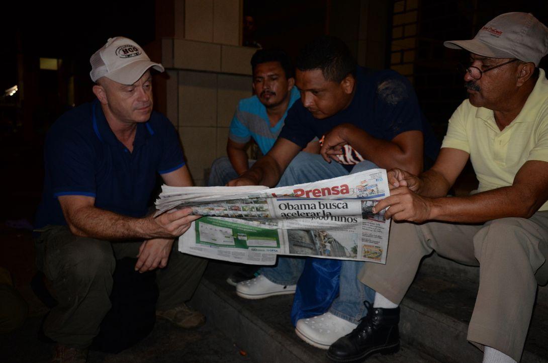 Ross Kemp (l.) begleitet hunderte Honduraner bei ihre Flucht aus ihrem Heimatland und macht erstaunliche und beängstigende Beobachtungen. Nicht umso... - Bildquelle: Freshwater Films Ltd 2015