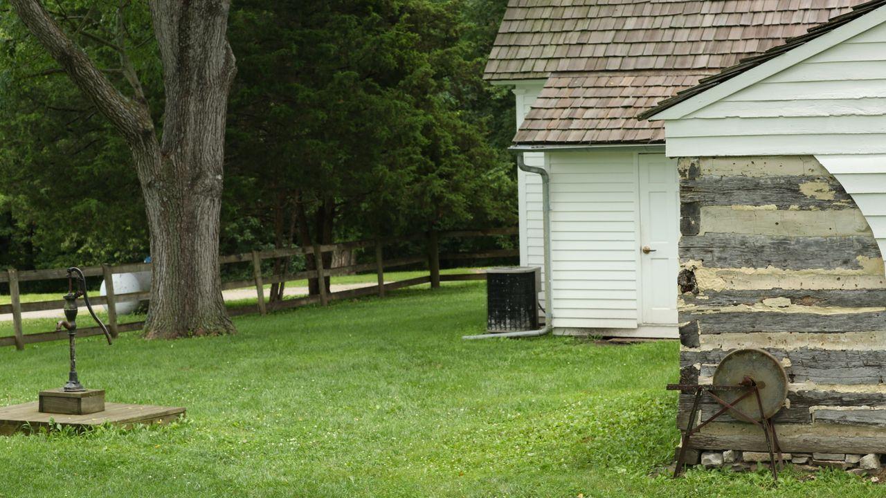 Josh Gates' Beschäftigung mit der Legende des Jesse James führt ihn unter anderem auf dessen Farm, die heute dem Clay County in Missouri gehört ... - Bildquelle: 2015, The Travel Channel, L.L.C. All Rights Reserved.