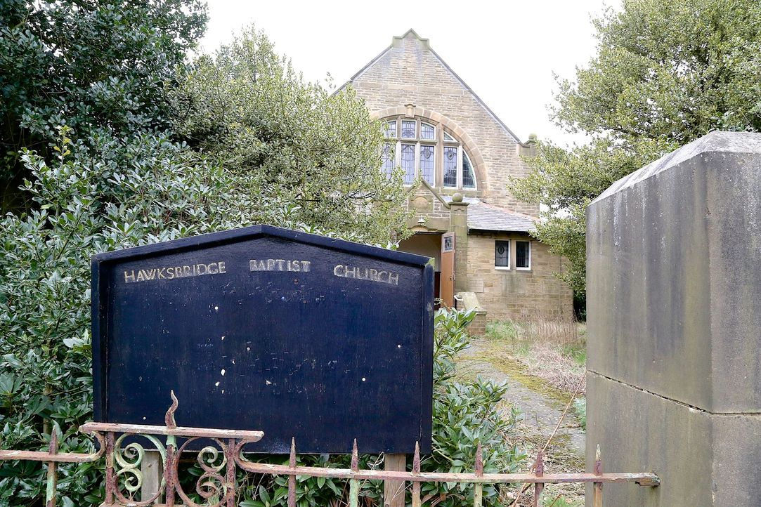 Colin und Emma Clewes möchten eine baufällige Baptistenkirche in ein Familienhaus mit fünf Zimmern verwandeln. Wegen des knappen Budgets will Colin... - Bildquelle: Tiger Aspect Productions Ltd MMXIV