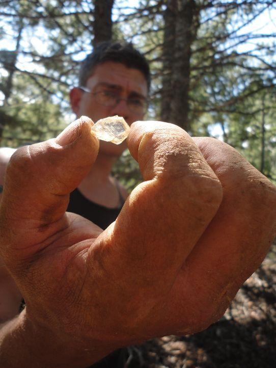 Travis sucht fieberhaft nach einem Stein für Amandas Ehering. Wird er fündig? - Bildquelle: High Noon Entertainment 2014