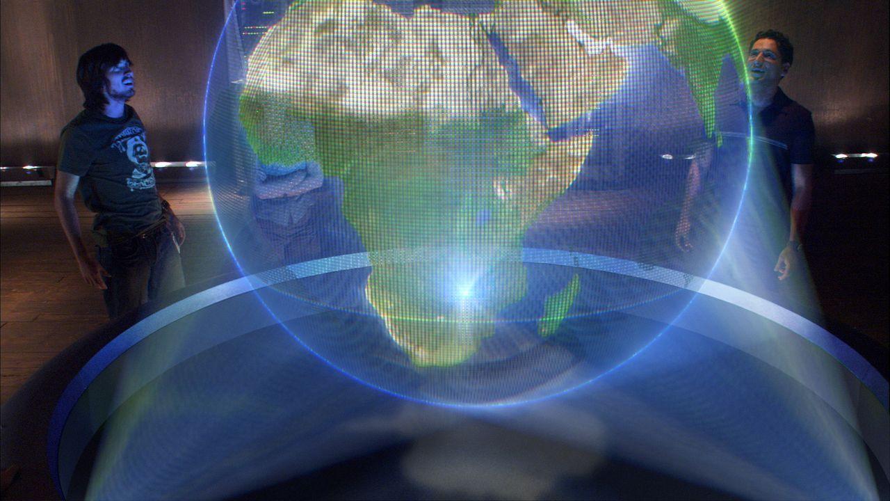 Ralph (Nicolas Wright, l.) und Munish (Cas Anvar, r.) studieren die Entstehung eines tropischen Gewitters ... - Bildquelle: BBC