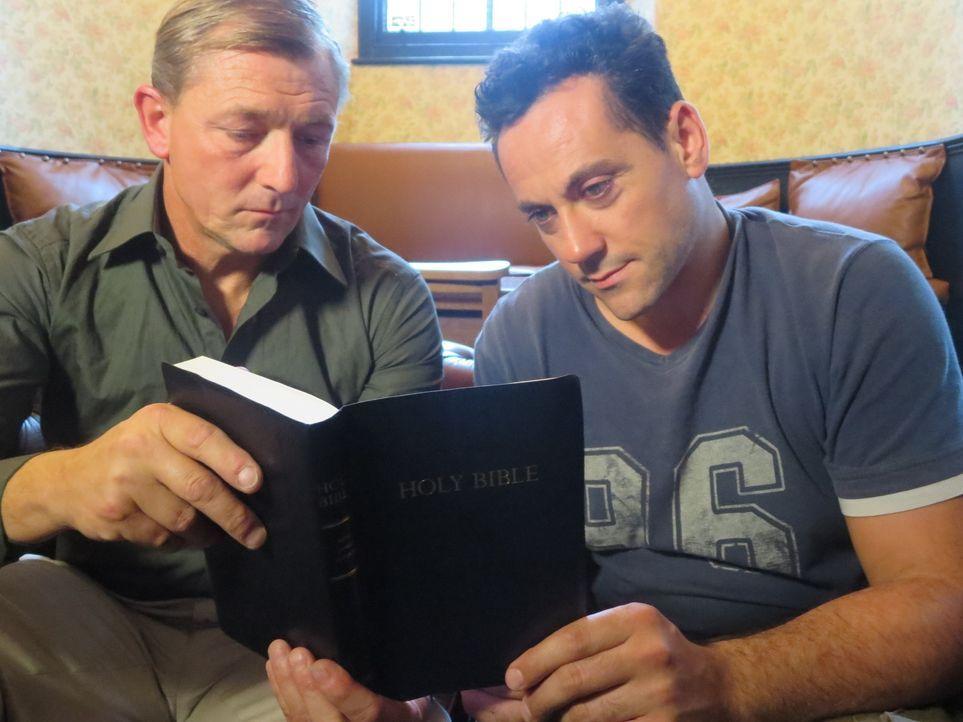 Rätsel um die Teilung des Roten Meeres. Bob Cornuke (r.) und sein Team ziehen Rückschlüsse aus Bibeltexten, antiken Karten sowie wissenschaftlichen... - Bildquelle: Sandrine WMR