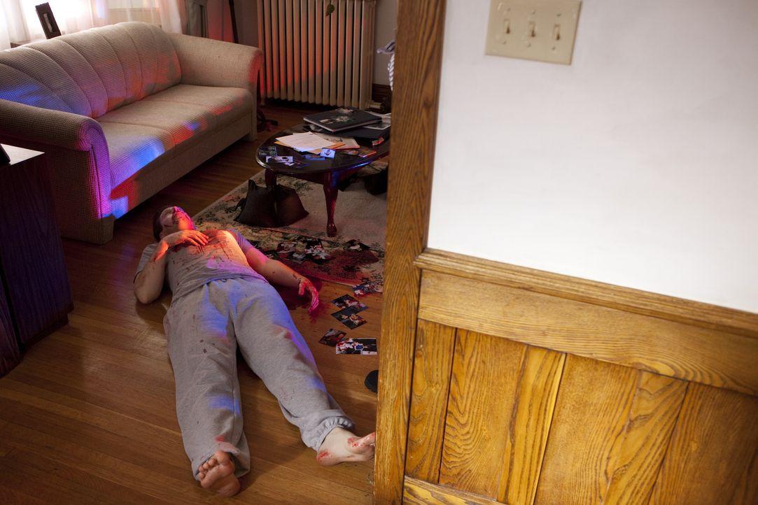 Der beliebte Zahnarzt John Yelenic (Ryan Griffiths) wird in einer Blutlache auf dem Boden seines Hauses tot aufgefunden. Hatte etwa seine Scheidung... - Bildquelle: Jeremy Lewis Cineflix 2010 / Jeremy Lewis