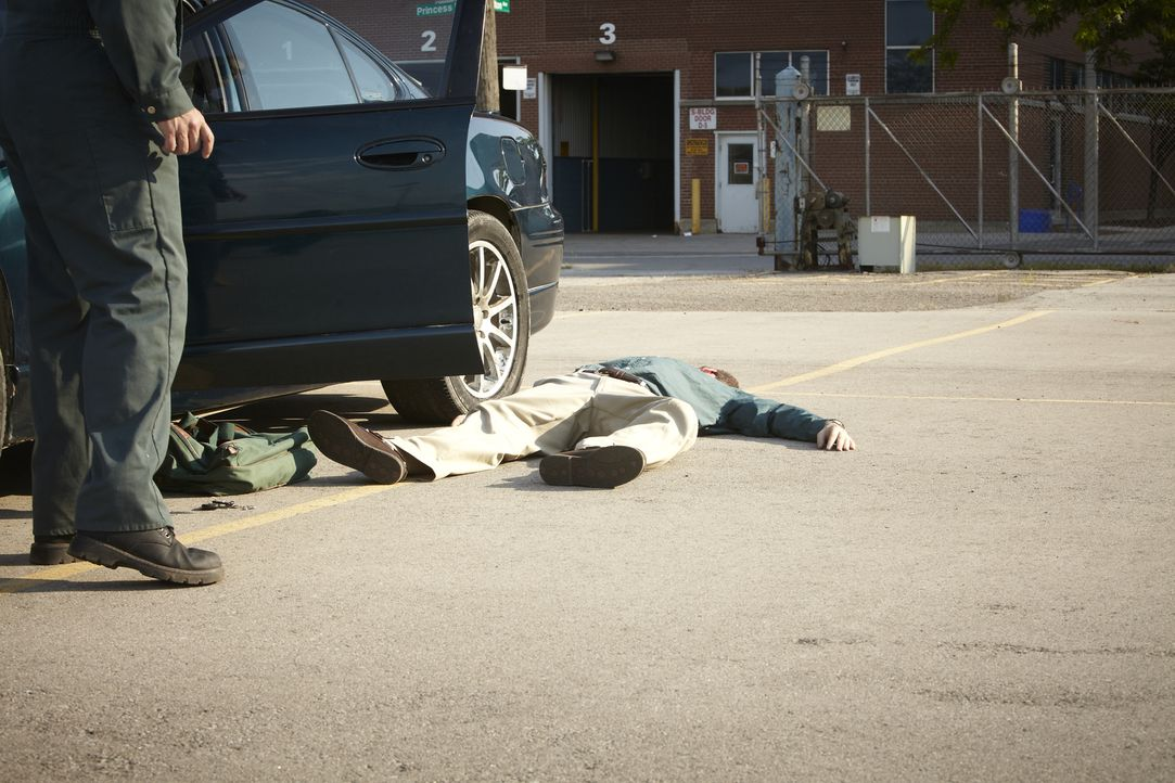 Mord am Arbeitsplatz: Mitten am Tag wird der 33-jährige Bob Henry (Robert Notman, r.) in einem Warenlager in Tacoma, Washington niedergeschossen. - Bildquelle: Ian Watson Cineflix 2013