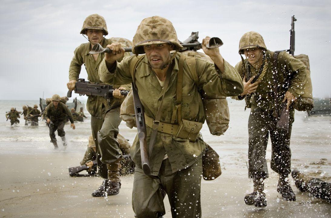 Das 1st Marines Regiment mit (v.l.n.r.) Robert (James Badge Dale), Runner (Keith Nobbs) und Chuckler (Josh Helman) landet auf Guadalcanal und nimmt... - Bildquelle: Home Box Office Inc. All Rights Reserved.