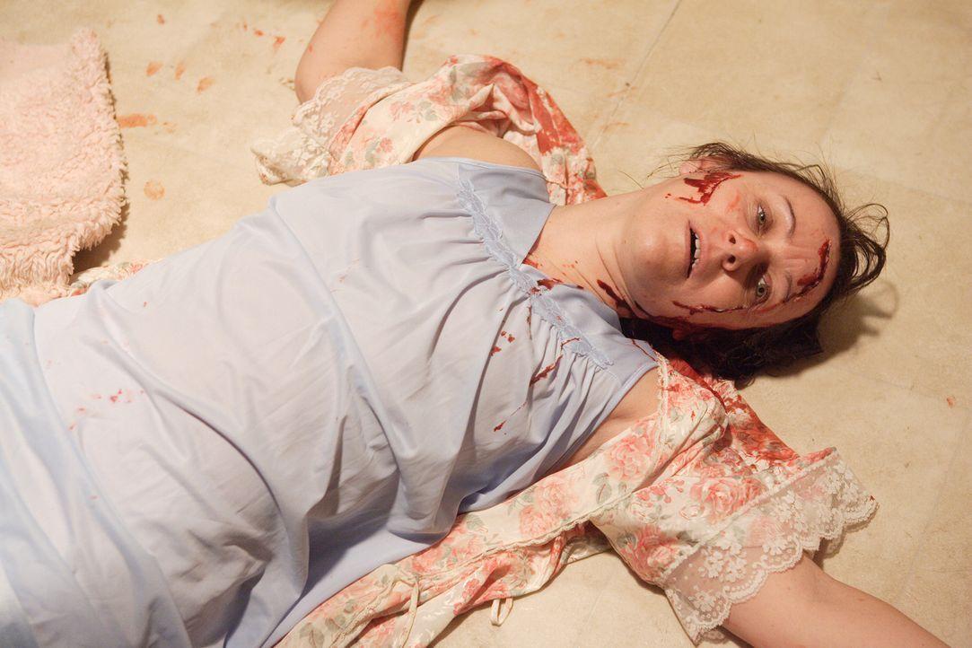 An Silvester des Jahres 1991 benachrichtigt der 19-jährige Greg die Polizei - die blutüberströmte Leiche seiner Mutter Catherine (Cindy Block) liegt... - Bildquelle: Ian Watson Cineflix 2008