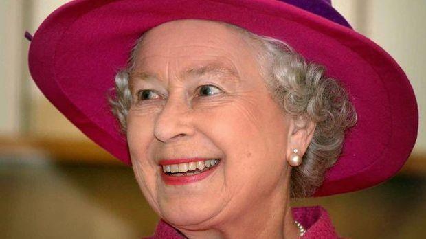 Die Queen trägt fast immer einen Hut – farblich passend zu ihrem Outfit
