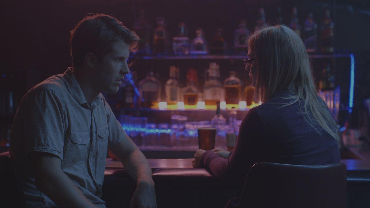Im Kreis der Verdächtigen: Vor ihrem Tod trifft sich Jaime Larson (r.) mit Verehrer Rory (l.) in einer Bar. Hat er sie auf dem Gewissen? - Bildquelle: LMNO Cable Group