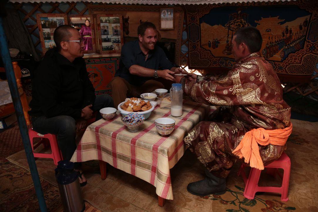 Josh Gates (M.) reist durch die Mongolei, um die Grabstätte des Dschingis Khan aufzuspüren. Doch er kann den Trip nicht fortsetzen, ohne einmal mong... - Bildquelle: 2015,The Travel Channel, L.L.C. All Rights Reserved