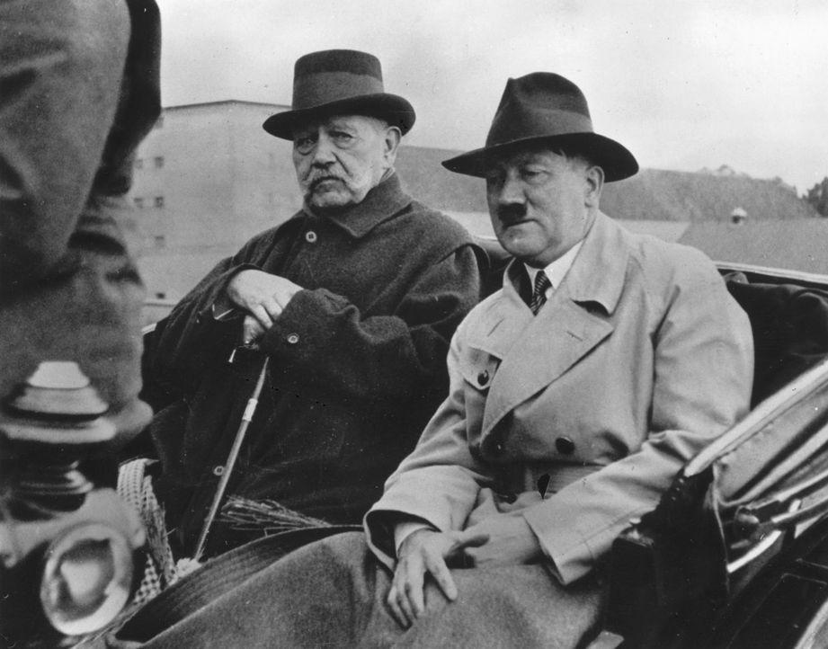 Am 30. Januar 1933 ernannte von Hindenburg (l.) Adolf Hitler (r.) zum Reichskanzler. - Bildquelle: Three Lions/Getty Images
