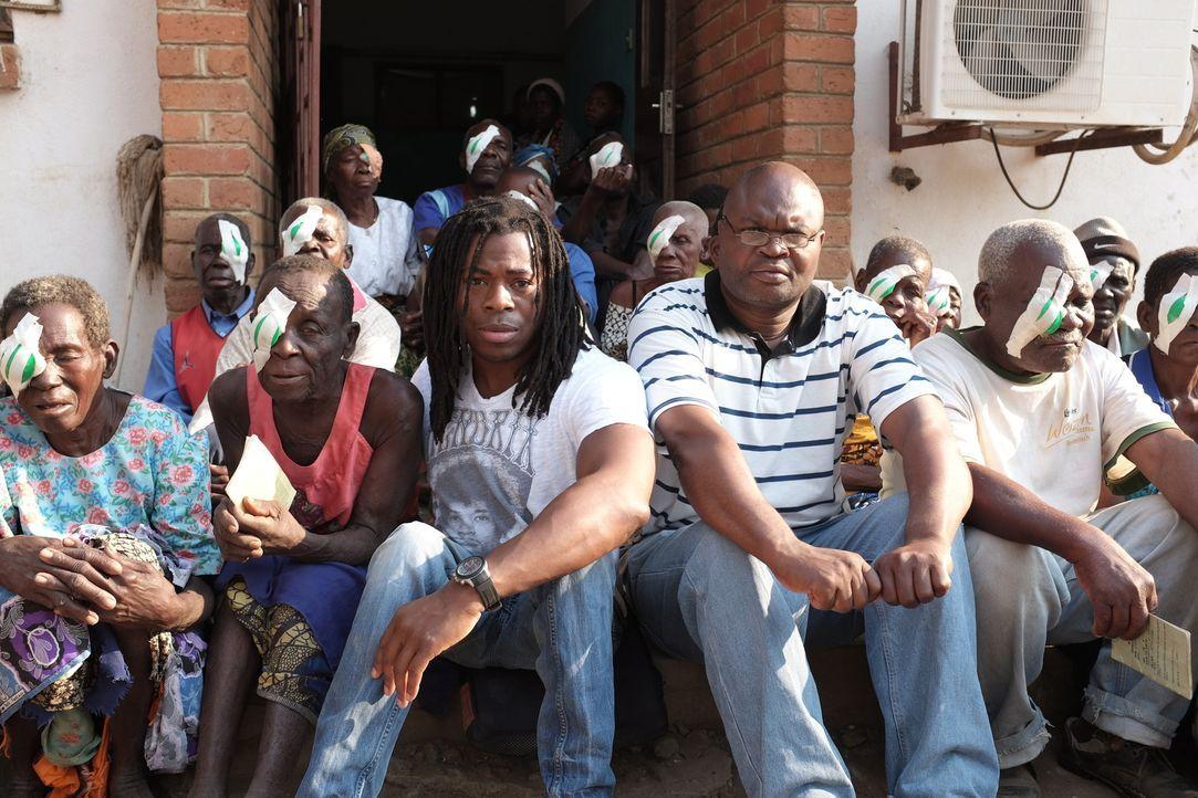 Malawi ist ein extrem armes afrikanisches Land, in dem es nicht nur an Nahrung, sondern auch an ärztlicher Versorgung fehlt. Ade Adepitan (3.v.l.) r... - Bildquelle: Quicksilver Media