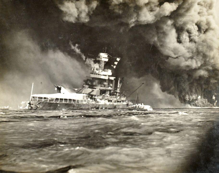 Am 7. Dezember 1941 schlagen die ersten japanischen Bomben in Pearl Harbor auf Hawaii ein - für die dort stationierten US-Truppen völlig überraschen... - Bildquelle: 2011 A&E TELEVISION NETWORKS.