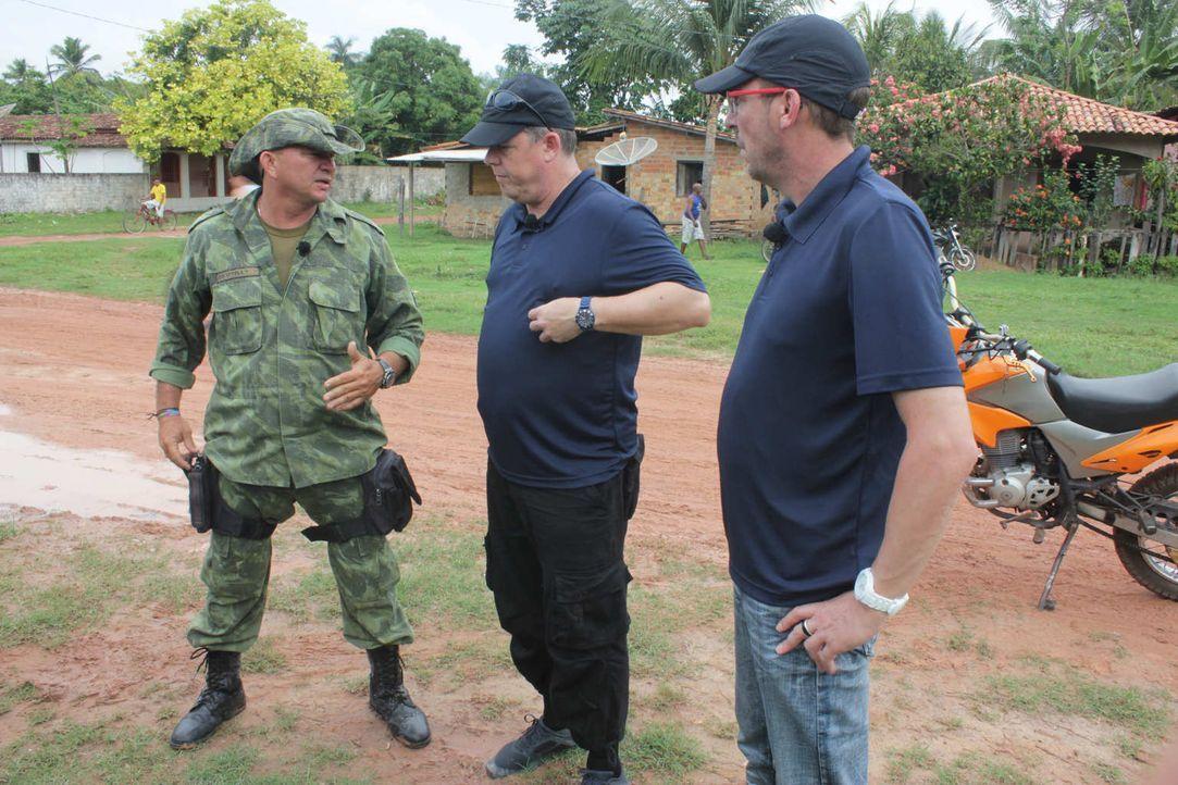 Toto (M.) und Harry (r.) - die beiden wohl bekanntesten Polizisten der Republik - hat es nach Brasilien verschlagen. Gemeinsam mit den Kollegen vor... - Bildquelle: kabel eins
