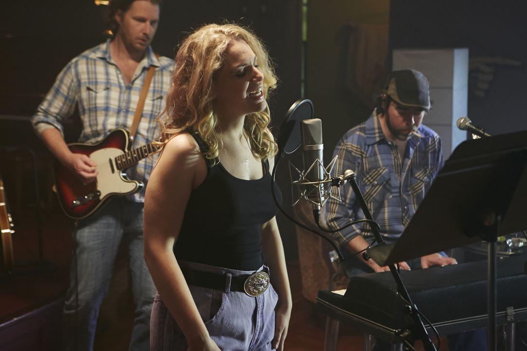 Warum musste die Country-Sängerin Melissa Haferman (Miranda Reynolds, vorne) wirklich sterben? - Bildquelle: Ian Watson Cineflix 2014 / Ian Watson