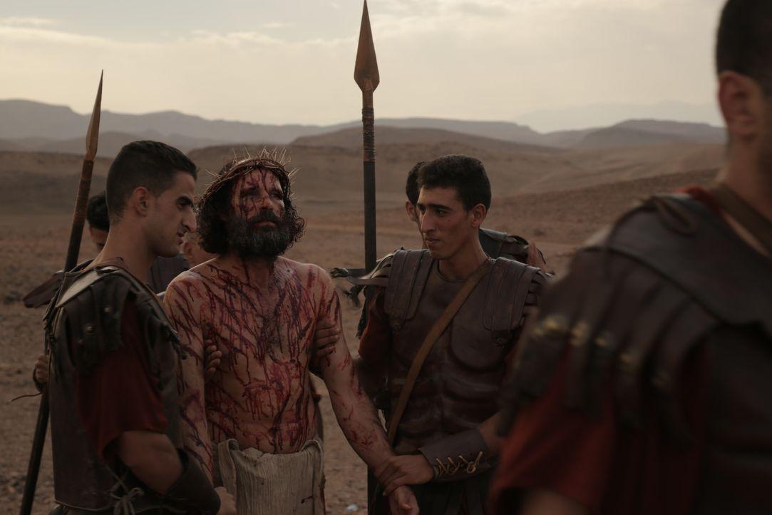 """Jesus bei seiner Kreuzigung mit römischen Soldaten. Die Doku """"Travellers to the East"""" erzählt die Geschichte der 12 Apostel nach Jesus' Tod. - Bildquelle: Arcadia Entertainment Inc."""
