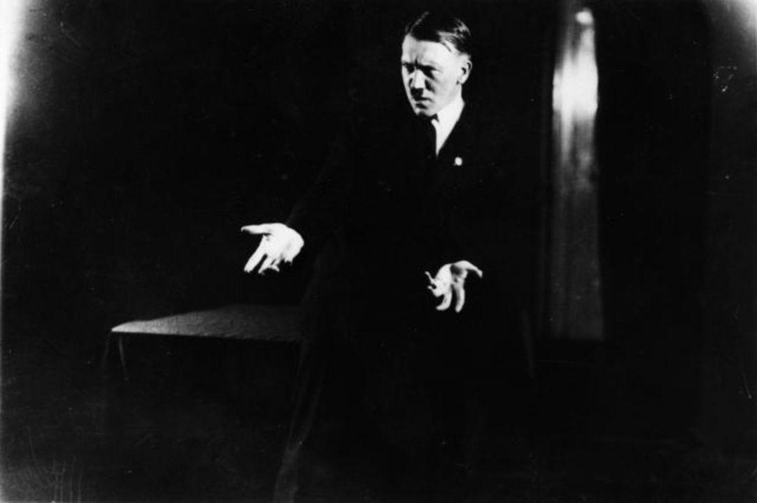 Ein stechender Blick, theatralische Posen: Bilder aus dem Jahr 1925 zeigen, wie Adolf Hitler schon sehr früh seine Auftritte probte. - Bildquelle: Heinrich Hoffmann Heinrich Hoffmann/Keystone/Getty Images