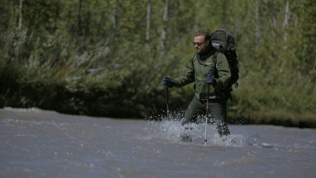 Tom Waes kämpft sich durch die wilde und atemberaubende Natur von Alaska. In der Region lebt außer Elchen, Wölfen und Bären sonst niemand. - Bildquelle: 2015 deMENSEN