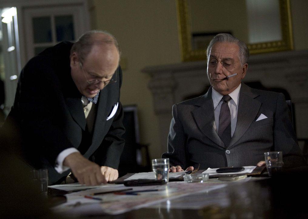 Der britische Premierminister Winston Churchill (Paul Humpoletz, l.) und US-Präsident Franklin Delano Roosevelt (Bob Gunton, r.) im August 1942. - Bildquelle: Mike Hogan BBC