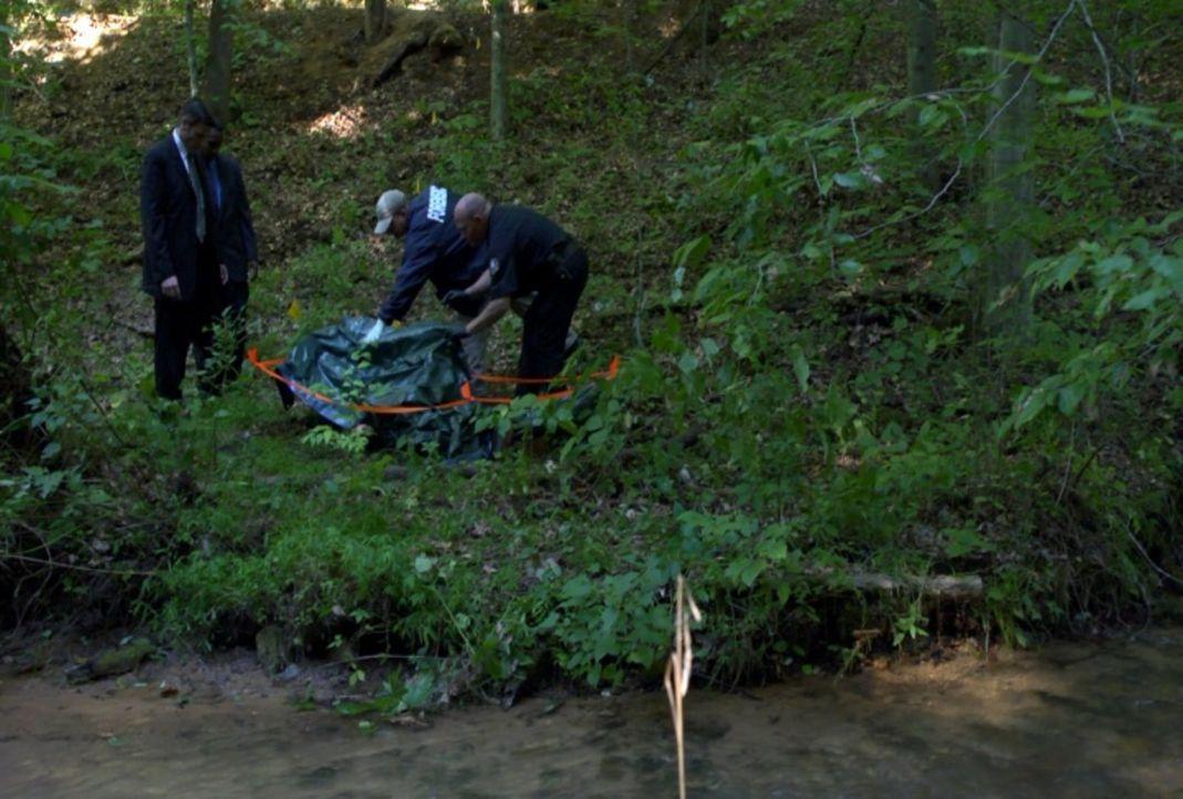 Als ein Jogger an einem Abhang eine bis zur Unkenntlichkeit verstümmelte Leiche entdeckt, müssen Lt. Joe Kenda (Carl Marino, l.) und sein Team nicht... - Bildquelle: Jupiter Entertainment