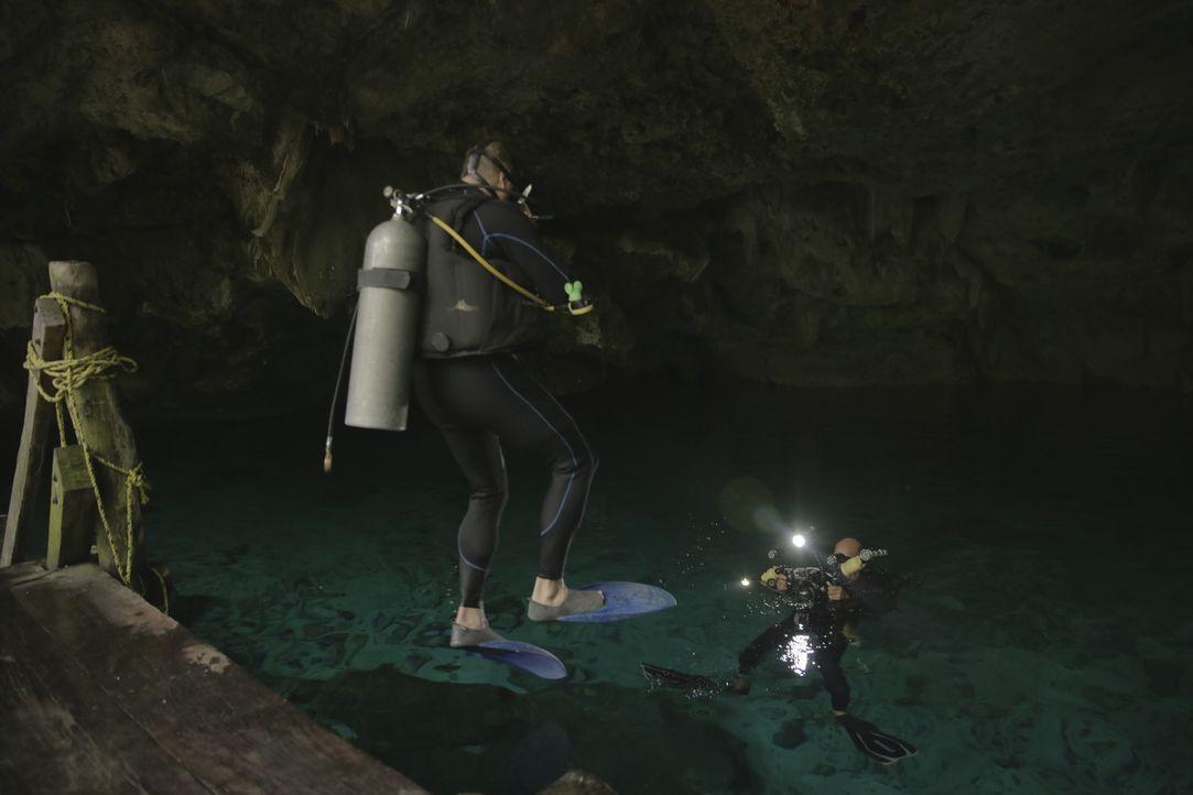 Josh holt menschliche Knochen und antike Maya-Altäre ans Tageslicht. Er findet die wertvollen Relikte in den tiefen Höhlen unterhalb des Dschungels... - Bildquelle: 2015, The Travel Channel, L.L.C. All Rights Reserved.