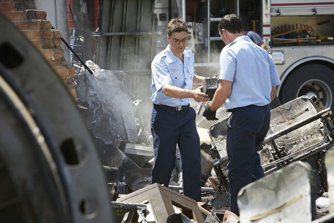 Finden Carlos Da Conceicao (Daniel Della Penna, l.) und sein Kollegen den wahren Grund für den Absturz der Fokker 100? - Bildquelle: Ian Watson Cineflix 2015
