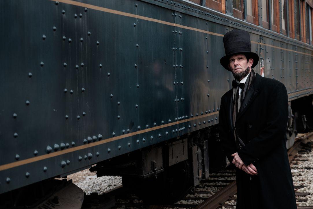 Nachdem Abraham Lincoln (Daniel Peters) die Präsidentschaftswahlen gewinnt, beauftragt er einen geschätzten Gesetzesvertreter damit, eine strategisc... - Bildquelle: Darren Goldstein Cineflix 2015