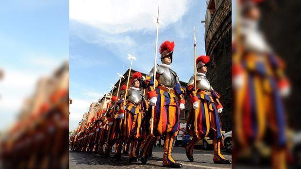 Die Schweizergarde ist quasi die Privatarmee des Papstes und für dessen persö...