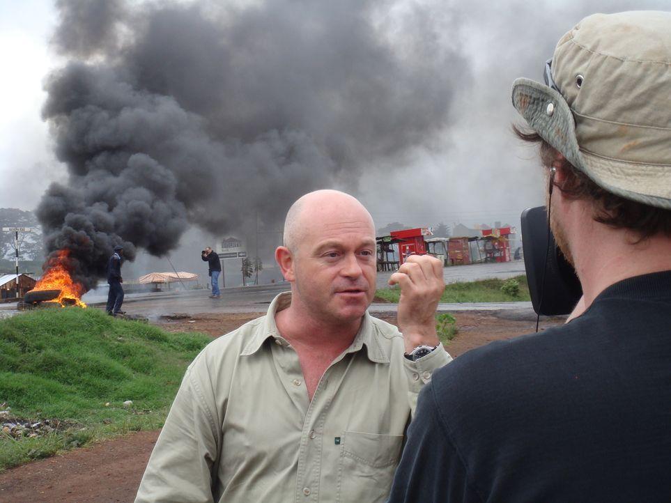 Plötzlich findet sich Ross Kemp (l.) selber inmitten von Krawallen zwischen Mungiki-Mitgliedern und der Polizei wieder ... - Bildquelle: IMG Entertainment 2008