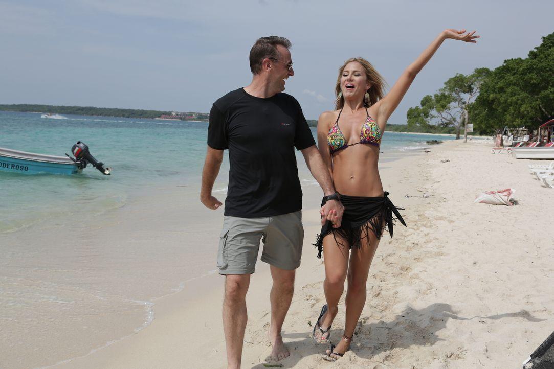Reporter Tom Waes (l.) macht sich auf den Weg nach Kolumbien - einen Ort, um den der Pauschaltourist einen Riesenbogen macht. Dort erlebt er unglaub... - Bildquelle: 2013 deMENSEN