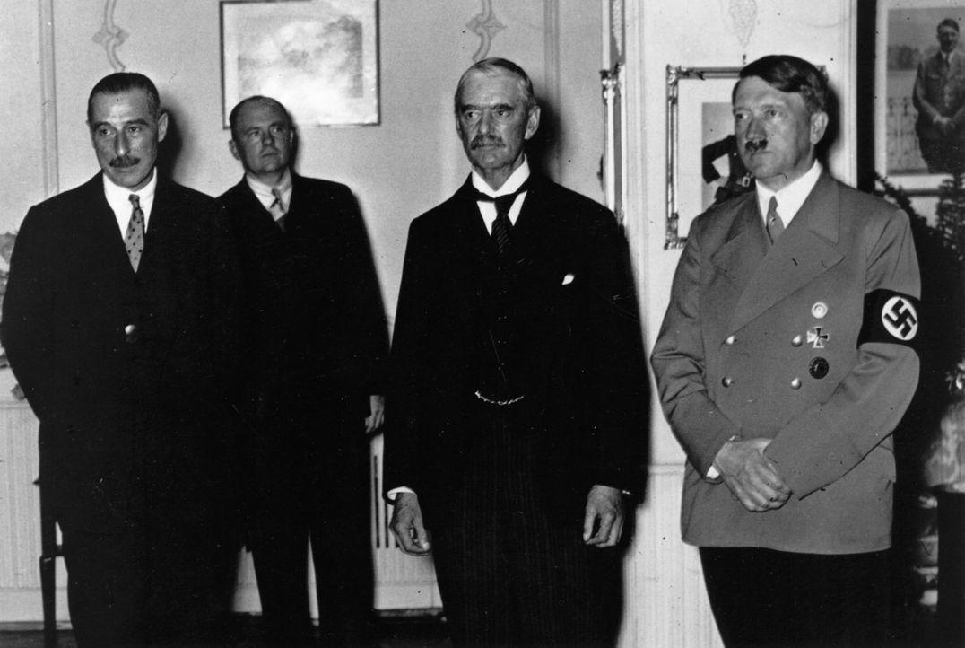 Am 22. September 1938 trafen im Rheinhotel Dreesen Adolf Hitler (r.), Neville Chamberlain (2.v.r.), Édouard Daladier und Benito Mussolini zusammen.... - Bildquelle: Keystone/Getty Images
