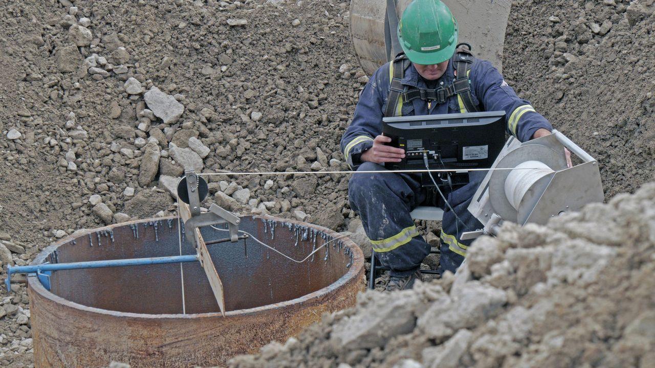 Rick, Marty und ihre Partner platzieren eine Kamera über 50 Meter tief im C-1-Schacht am Money Pit, um nach dem goldenen Objekt zu suchen. Werden si... - Bildquelle: 2016 A&E Television Networks, LLC. All Rights Reserved