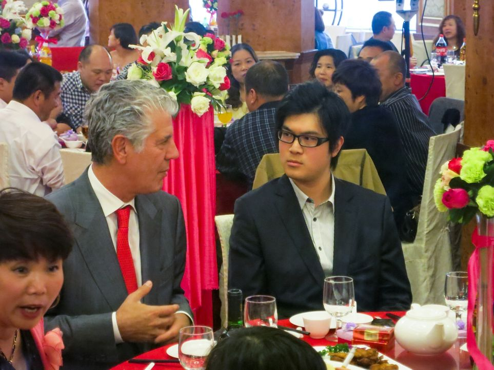 Ein neues kulinarisches Abenteuer wartet in Shanghai auf Anthony Bourdain (l.) ... - Bildquelle: 2014 Cable News Network, Inc. A TimeWarner Company All rights reserved
