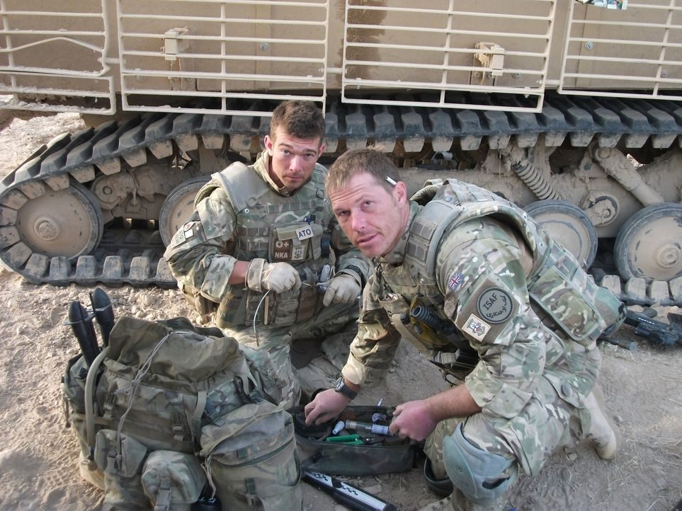 "Jeder Einsatz kann sie das Leben kosten! ""Bomb Squad"" begleitet die Arbeit von Bombenentschärfungsteams in Afghanistan: Adam (l.) und Tony (r.) bere... - Bildquelle: Crown Copyright/MOD/Gaz, Electronic Warfare Specialist Brimstone 47"