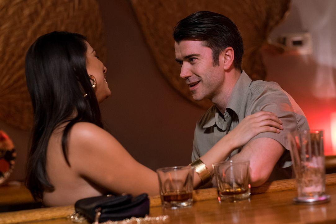 Maritza (l.) aus Honduras verführt US-Soldat David (r.) in einer Bar. Sie behauptet anschließend, ein Kind von ihm zu erwarten und bittet David jahr... - Bildquelle: Darren Goldstein Cineflix 2015