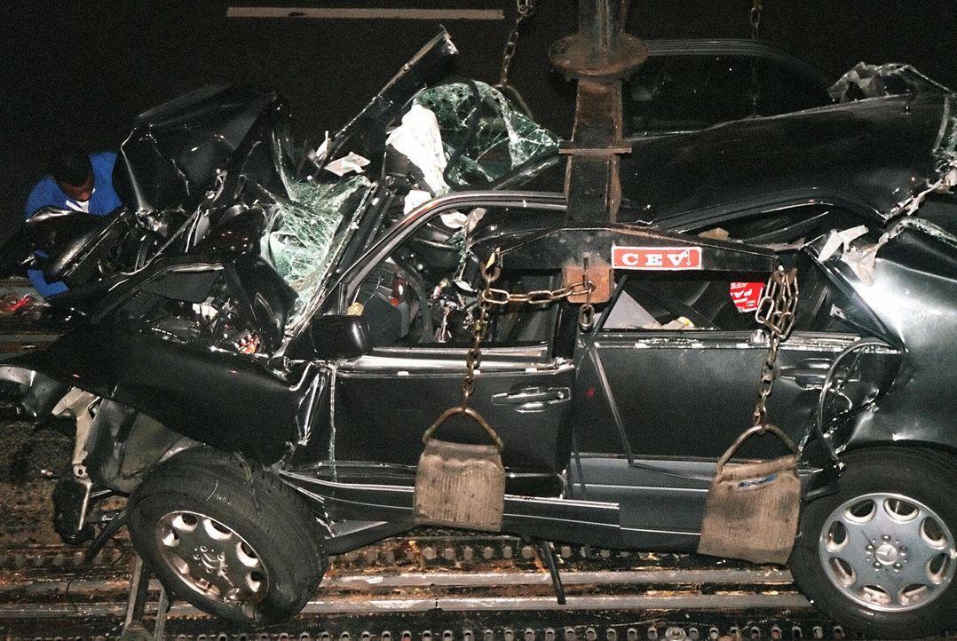 Die Trümmer des Unglückswagen von Prinzessin Diana: Wurde Diana von ihrer eigenen Familie ermordet? Manche der Verschwörungstheorien kommen der verm... - Bildquelle: Getty Images