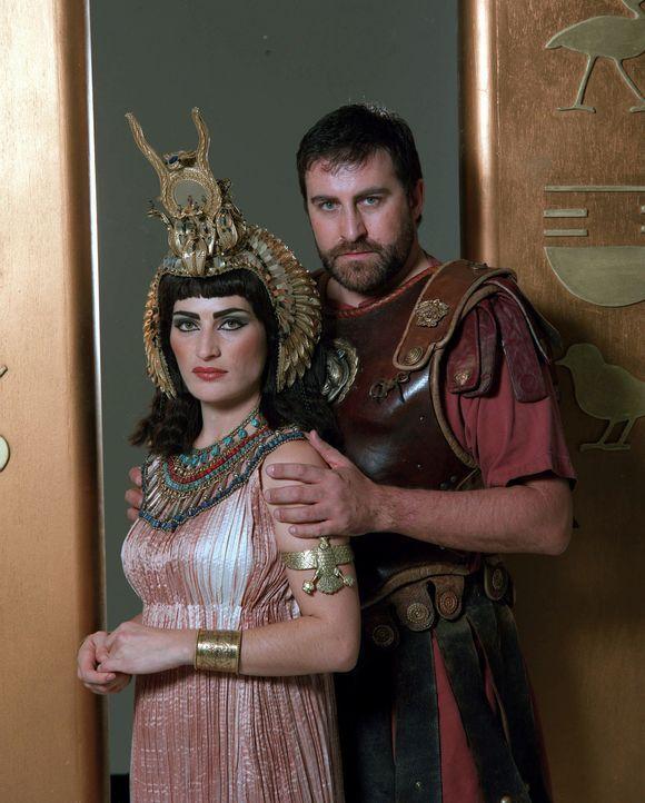 Cleopatra (l.) war die Geliebte von den beiden mächtigsten Römern ihrer Zeit. Zuerst liebte sie Gaius Iulius Caesar und nach dessen Ermordung den rö... - Bildquelle: CHANNEL 4 TELEVISION CORPORATION MMII