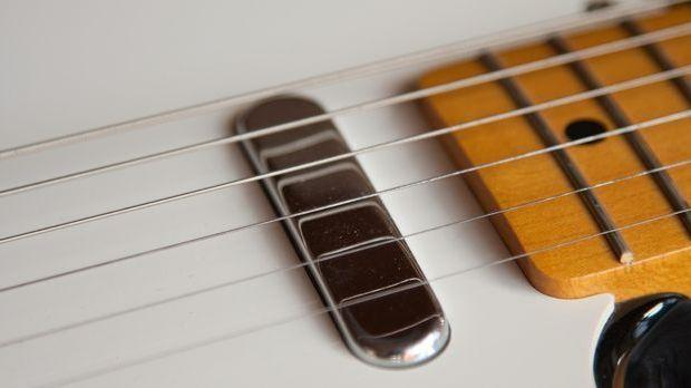 Mit elf Jahren bekommt Elvis seine erste Gitarre – der erste Schritt zu einer...