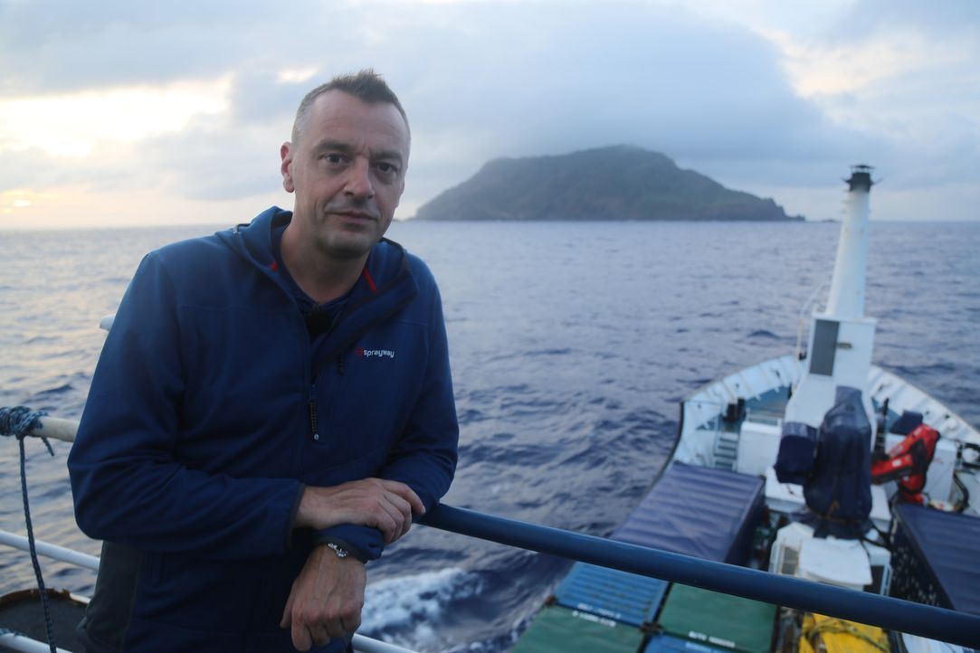 Tom Waes reist auf eine der faszinierendsten Inseln der Welt: Pitcairn. Doch schon der Weg dorthin ist beschwerlich, denn für die Anreise braucht ma... - Bildquelle: 2013 deMENSEN