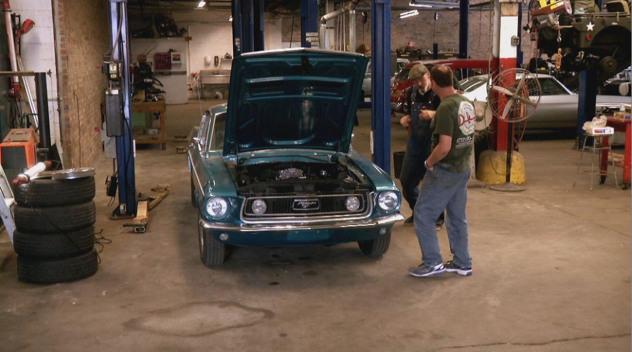 Keine leichte Aufgabe für die Werkstattprofis: Fehlerhafte Reparaturen aus der Vergangenheit und falsche Ersatzteile an dem 1968er Mustang stellen D... - Bildquelle: New Dominion Pictures LLC.