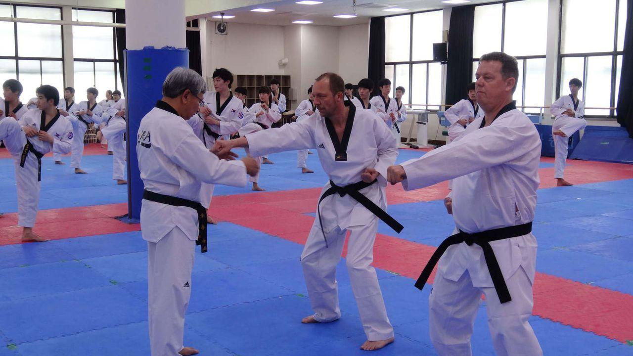 Taekwondo- diese traditionelle Kampfsportart beherrscht in Seoul jeder Polizist- ist oft die beste Waffe im Nahkampf. Toto (r.) und Harry (M.) mache... - Bildquelle: kabel eins