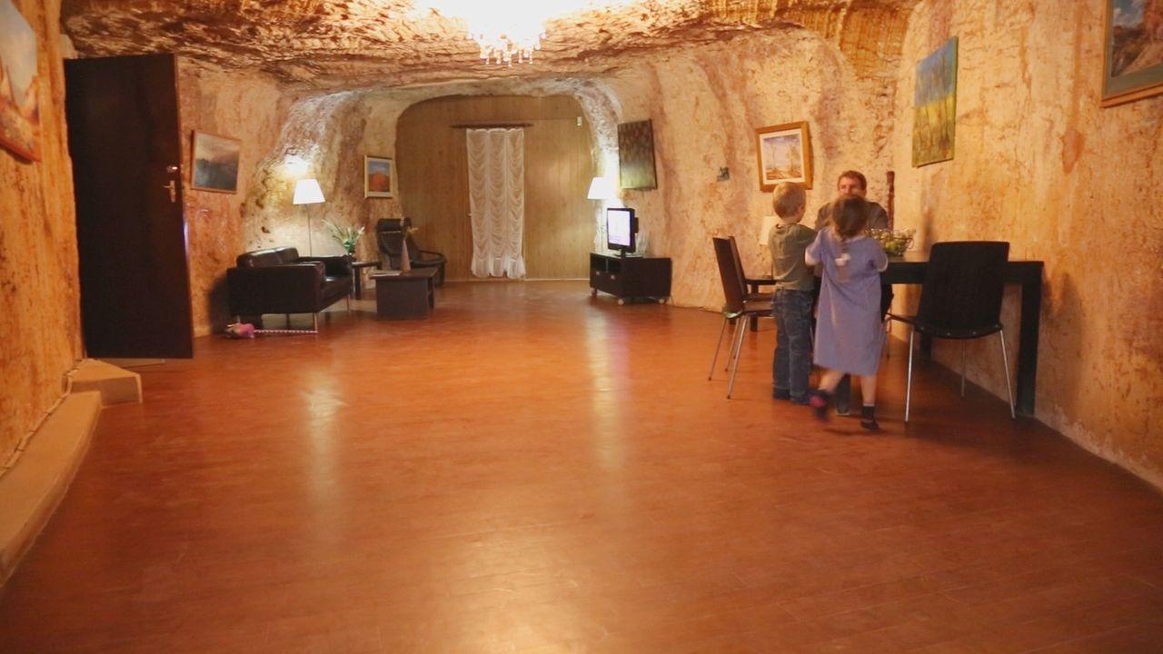 In Australien gibt es ganz besonderes Dorf: das unterirdische Edelstein-Dorf ... - Bildquelle: kabel eins Doku