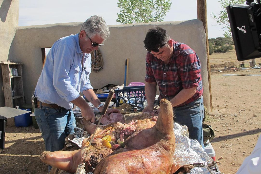 Koch Anthony Bourdain (l.) begibt sich nach New Mexico. Dort brachte der kulturelle Mix der Einwohner eine spannende Küche hervor, die spanische, me... - Bildquelle: 2013 Cable News Network, Inc. A TimeWarner Company. All rights reserved.
