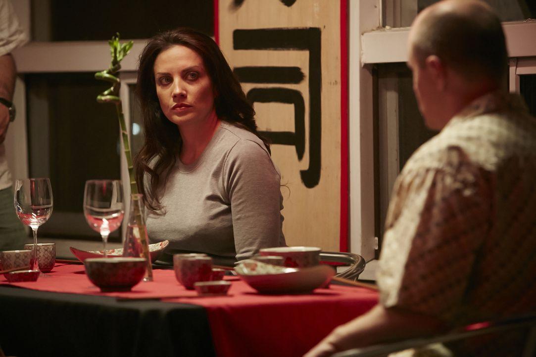 Hat sie schon eine schreckliche Vorahnung? Mordopfer Deborah Fielding (Lindsay Sutherland Boal, l.) schaut beim Dinner mit ihren Freunden besorgt ... - Bildquelle: Ian Watson Cineflix 2015