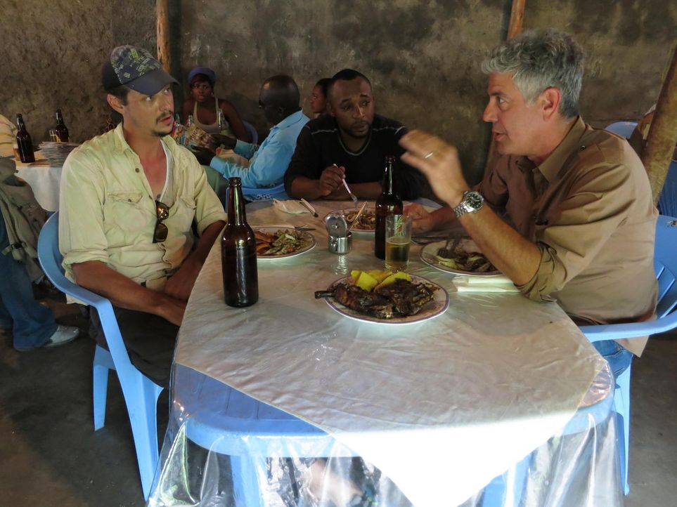 Anthony Bourdain (r.) reist in den Kongo. Das Land, das einst durch seine Industrialisierung eine herausragende Rolle in Afrika spielte, droht im Ch... - Bildquelle: 2013 Cable News Network, Inc. A TimeWarner Company. All rights reserved.
