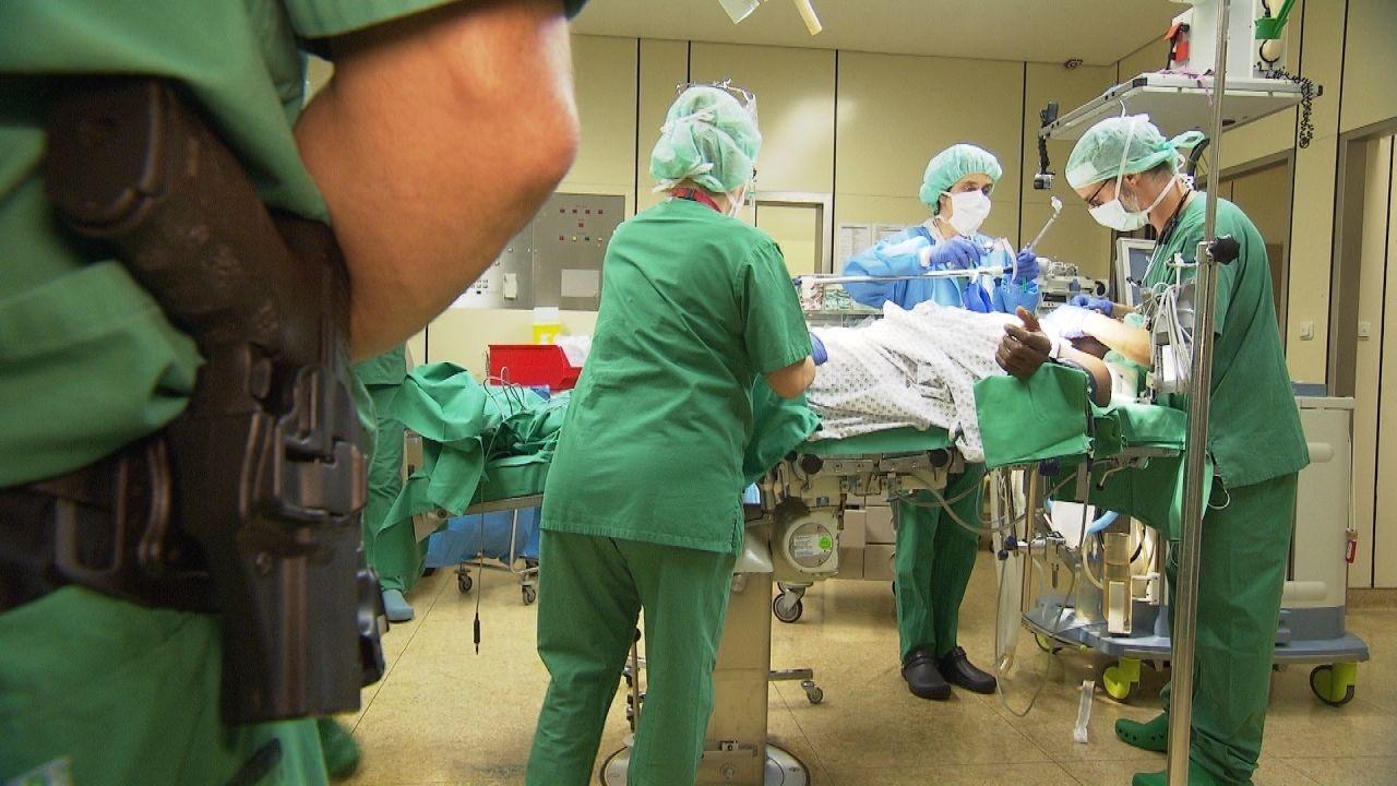 Die Ärzte und Krankenschwestern im Klinik Klinikum Frankfurt Höchst lassen sich bei der OP eines Straftäters auch nicht von einem Beamten mit Waffe... - Bildquelle: kabel eins