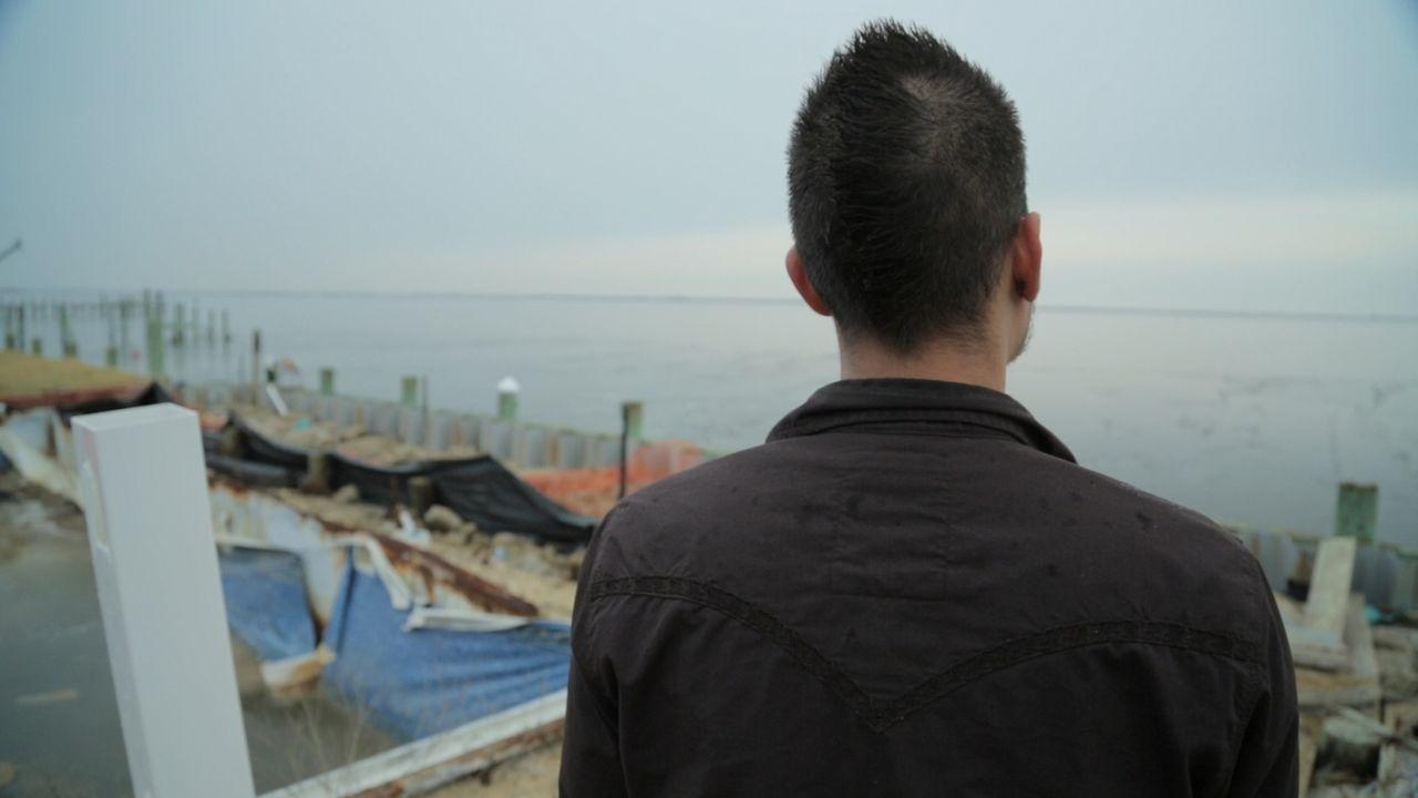 Ein Bild der Zerstörung. Mike - ein Überlebender des brutalen Hurrikans Sandy - kehrt an den Ort der Naturkatastrophe zurück... - Bildquelle: 2014 The Weather Channel LLC