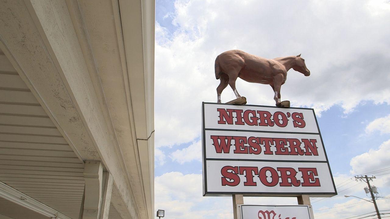 Josh Gates wandelt auf den Spuren des berühmten Banditen Jesse James. Wie der Wilde Westen aussah, lässt Nigro's Western Store in Kansas City erahne... - Bildquelle: 2015, The Travel Channel, L.L.C. All Rights Reserved.