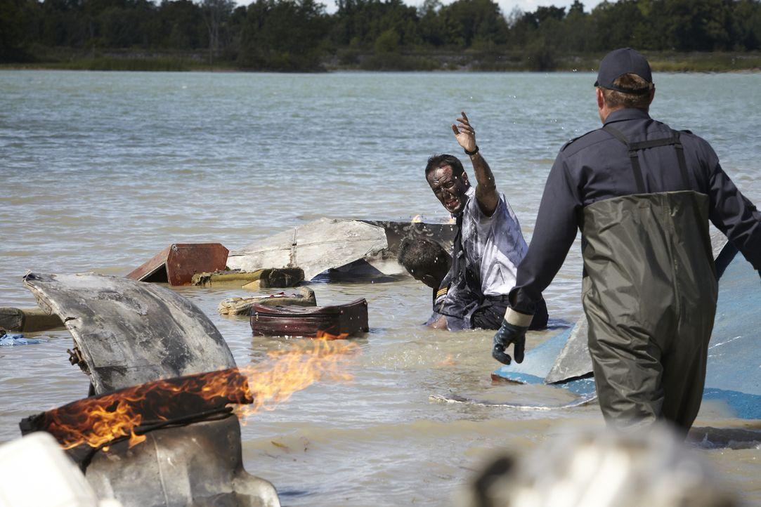 Nach dem Absturz der russischen Chartermaschine in der Wolga, versuchen die Rettungskräfte verzweifelt Passagiere und Crew zu retten. Doch nur ein F... - Bildquelle: Ian Watson Cineflix 2012